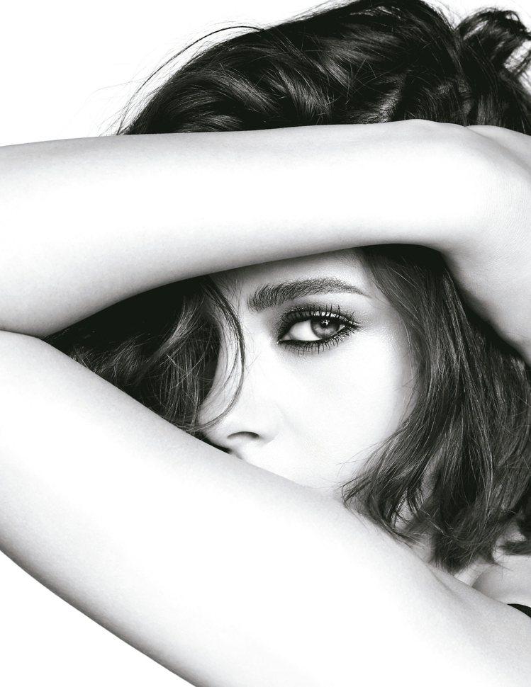 克莉絲汀史都華擔任香奈兒2016年全新眼妝系列廣告代言人。 圖/香奈兒提供