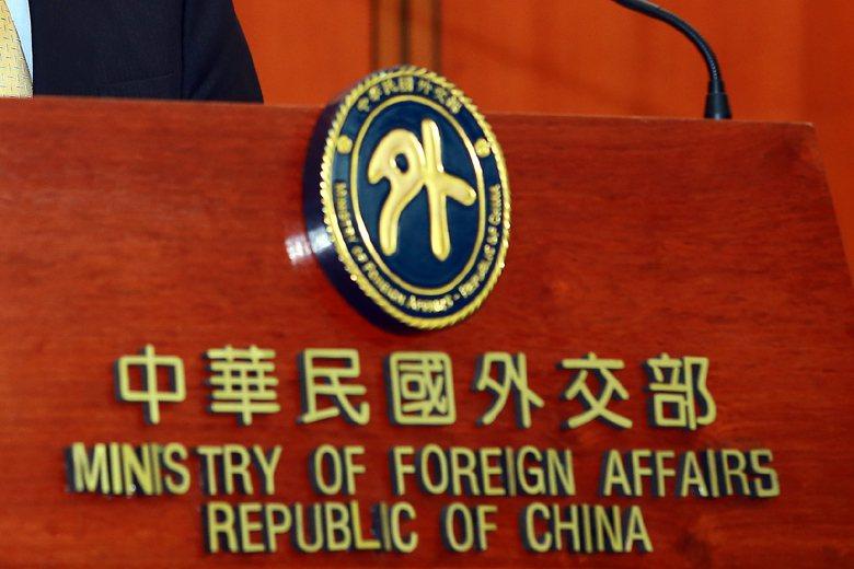 外交部已全盤否認曾去函要求關西機場硬要人撕下貼紙的說法。 圖/聯合報系資料照