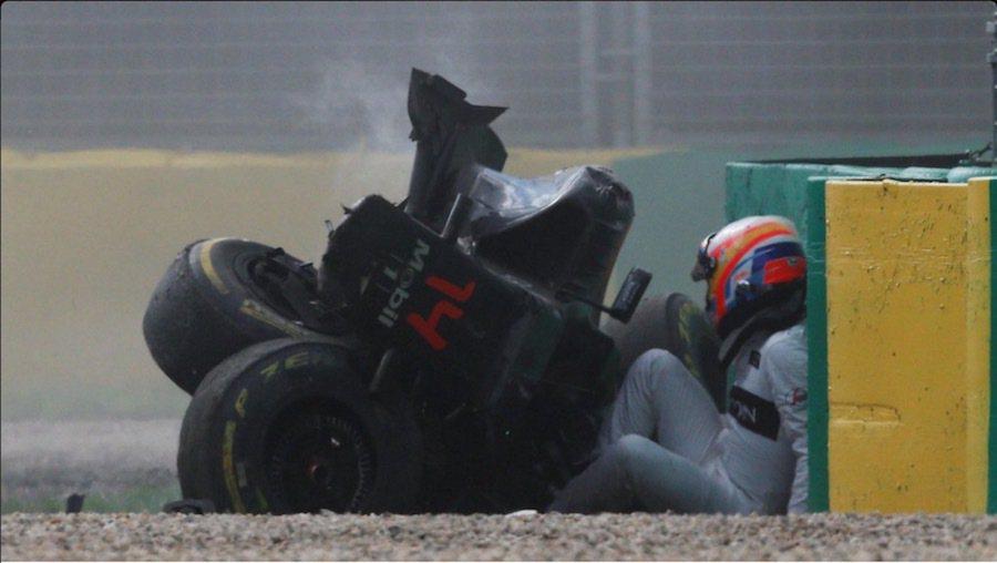 車輛停止後,Alonso從殘骸中自行爬出。 摘自Twitter@F1
