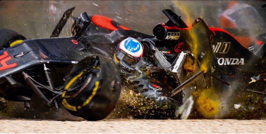 高達300km/h的撞擊時速讓Alonso的賽車失控翻滾。 摘自Twitter...