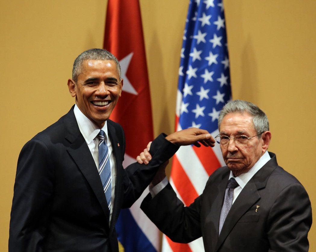 3月22日:尷尬的歡呼。在記者會後,勞爾.卡斯楚熱情地想舉起歐巴馬的手,擺出共同...