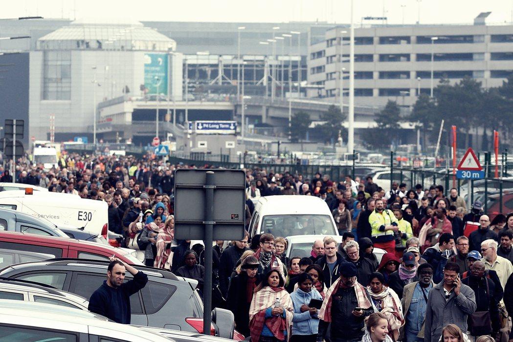 3月22日:爆炸案後,大批旅客被緊急撤出布魯塞爾國家機場。 圖/歐新社
