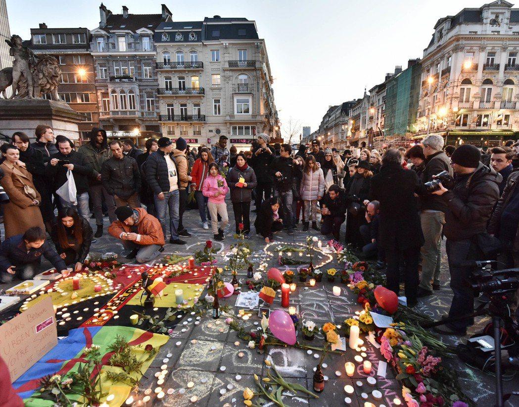 3月23日:布魯塞爾街頭的哀悼民眾。 圖/美聯社