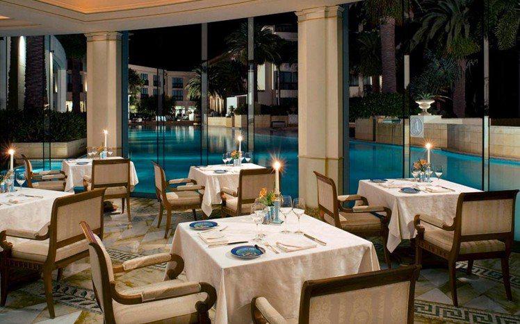 Versace六星級飯店的巴洛克餐廳,餐具、家具全都是Versace。圖/擷自V...