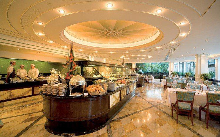 Versace六星級飯店內的巴洛克餐廳,氣派豪華。圖/擷自Versace官網