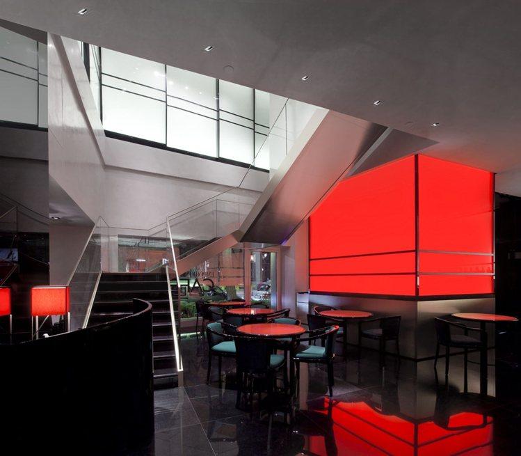 位於米蘭的Emprio Armani Caffe,以紅黑對比色打造內裝。圖/Ar...