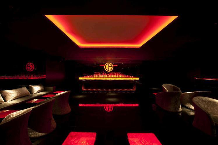 香港的Armani Prive酒吧台,有明顯品牌LOGO。圖/Armani提供