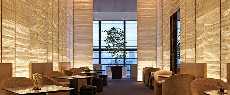 香奈兒在東京開的Beige Alain Ducasse餐廳,以經典米白色系為主。...