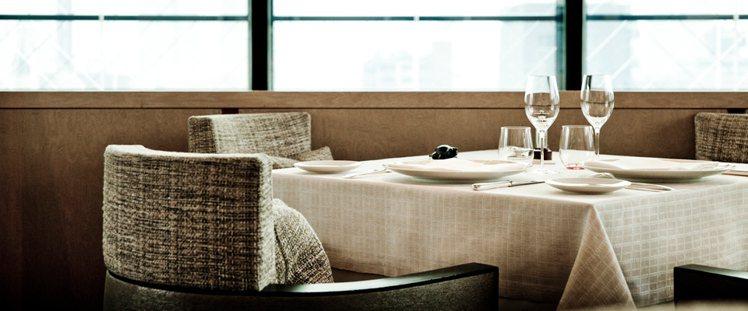 香奈兒在東京開的Beige Alain Ducasse餐廳,椅子採用經典斜紋軟呢...