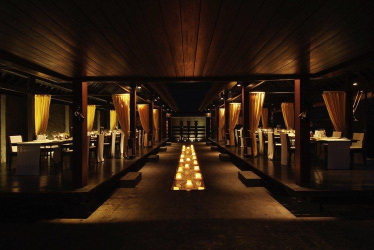 位於峇里島的寶格麗飯店,餐廳裝潢猶如黑夜裡閃耀的珠寶。圖/Bvlgari提供