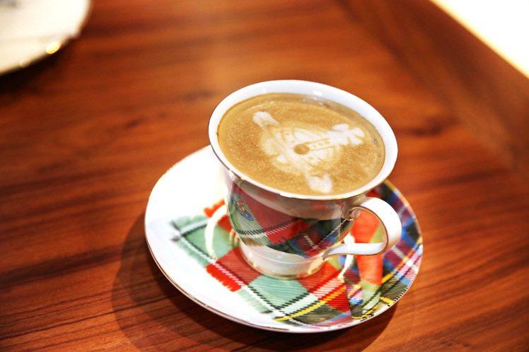 Vivienne Westwood的咖啡杯有經典格紋,且有星球奶泡拉花。圖/Vi...