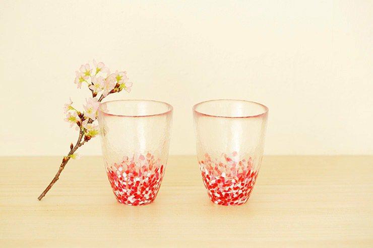 春櫻漫舞水杯組,來自本著名的玻璃產地津輕製成,渾圓的杯口映照鮮嫩色彩,1,880...