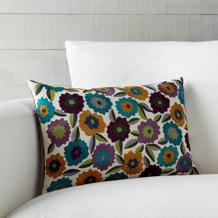 素面沙發椅上放置花圖騰的Russo抱枕,立即為居家注入春意,2,650元。圖/C...