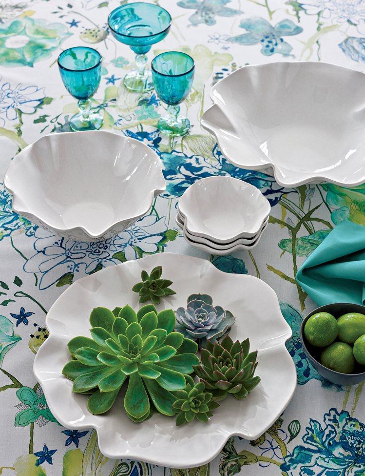 只要一條花餐桌,結合穿透感、單色有造型的玻璃杯、餐瓷等,也能打造美好的用餐氣氛,...