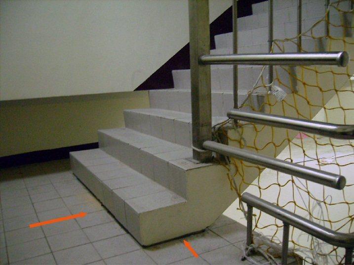 格震設計-樓梯切開斷續之分離界面,地震來時可自由移動