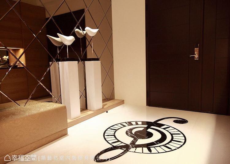 ▲迎賓區: 玄關地坪特別以音符圖案做點綴,襯托男主人熱愛音樂的興趣。