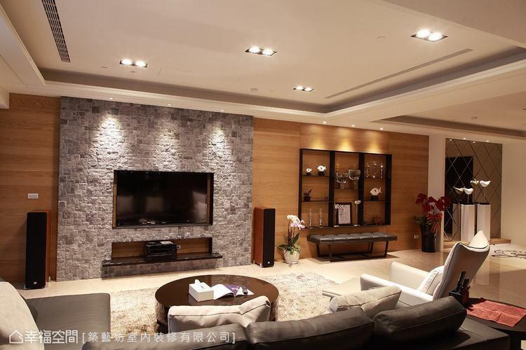 ▲休閒氛圍: 許梅英設計師利用石材、木皮等質材鋪陳牆面,營造自然休閒的放鬆情境。