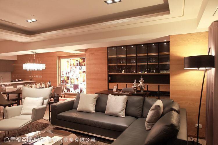 ▲酒櫃: 愛品酒的男主人也擁有許多藏酒,築藝坊室內裝修於書桌後方規劃一面酒櫃,用...
