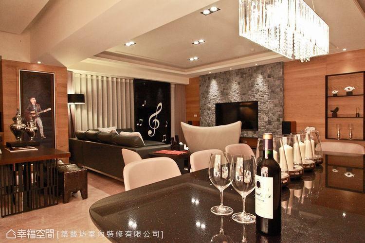 ▲水晶燈具: 在現代休閒的主題氛圍中,利用餐桌上方的精緻水晶燈具,為空間帶來些許...