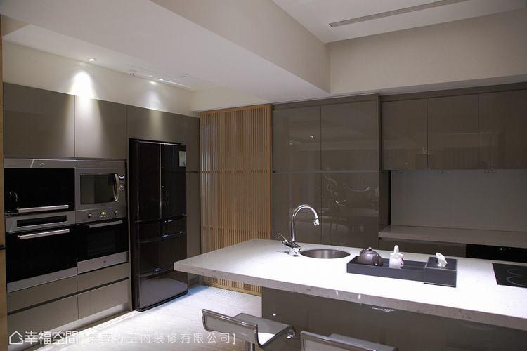 ▲廚房: 廚房不僅規劃了完整機能,更擁有寬適的空間,讓熱愛烹飪的女主人在此大展好...