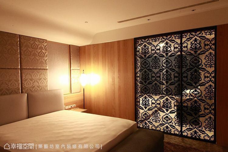 ▲主臥室: 床頭與玻璃門片以古典圖騰勾勒立面表情,營造優雅浪漫的臥室主題。