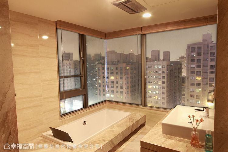 ▲主臥衛浴: 以大理石打造的衛浴空間,呈現大方質感,搭配落地窗引景入室,創造有如...