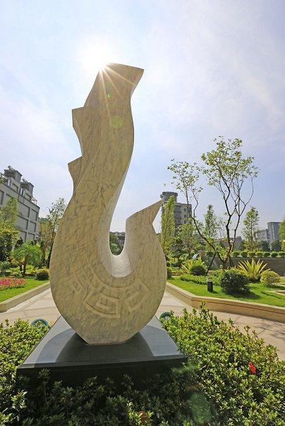 500坪大中庭花園,由景觀石雕大師柳順天的「蟠龍」、「翔鳳」兩件石雕作品點綴,純...