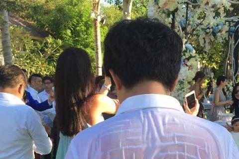 陶子受邀參加吳奇隆與劉詩詩在峇里島的婚禮,不過風光豪華的婚禮背後,其實有些辛苦!陶子在臉書上就分享一張照片,一名男子背後因汗水而濕透,白襯衫都變透明了!陶子還戲稱是「攏濕婚」。網友想知道照片中的男子...