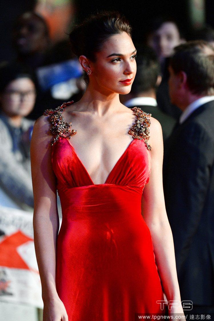 身穿 PRADA 紅色禮服的蓋兒加朵,絨布材質閃著低調奢華光澤,高腰的剪裁復古性...