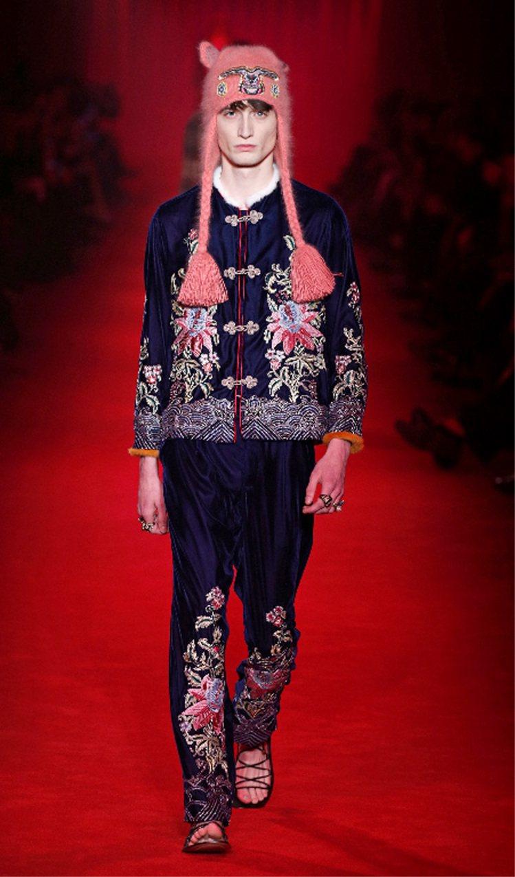 GUCCI在男裝運用了柔美花草刺繡、蕾絲,並使用復古元素統合。圖/GUCCI提供