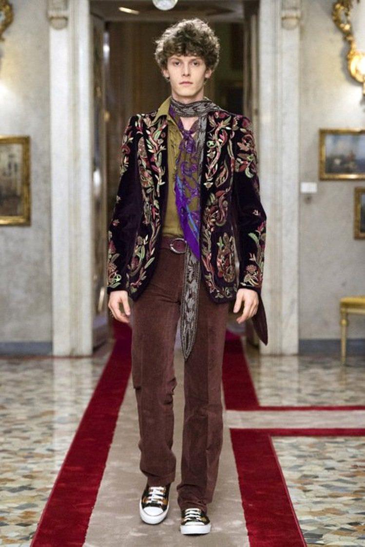 Roberto Cavalli的2016秋冬男裝系列裡,加入一點女性的浪漫設計做...