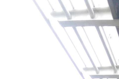 曾在《超級模王大道》模仿費玉清嶄露頭角的林俊逸,近來工作遇到瓶頸,讓他在臉書發文求救,希望有工作可以介紹的,請洽他的助理。他的經紀約原是簽給黃韻玲的果核音樂,去年果核音樂將他的經紀約暫時交給喜歡音樂...