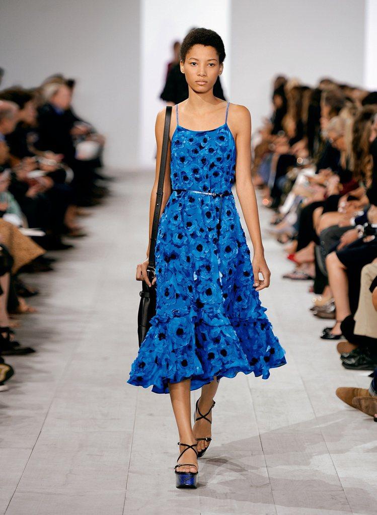 寬鬆隨性、色澤搶眼的花卉印花洋裝,為MICHAEL KORS Collectio...