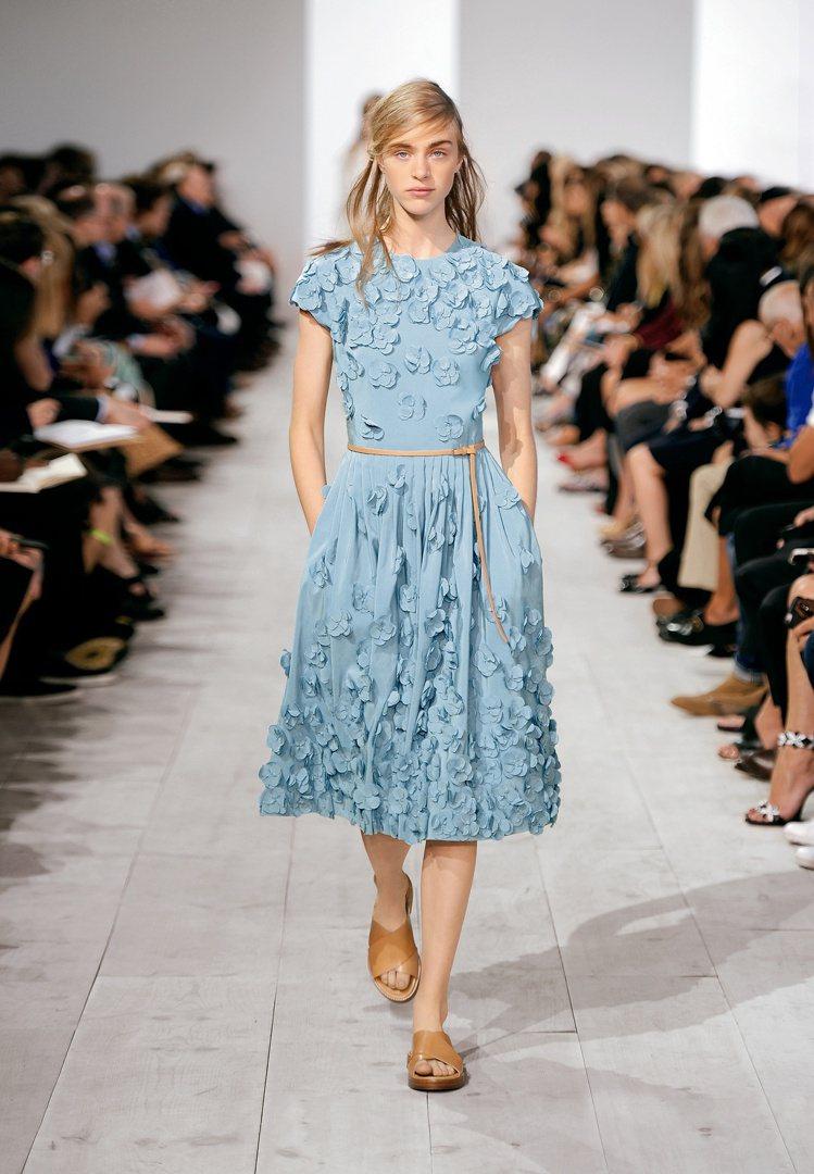 MICHAEL KORS Collection春夏洋裝展現質樸精緻的立體花朵。圖...