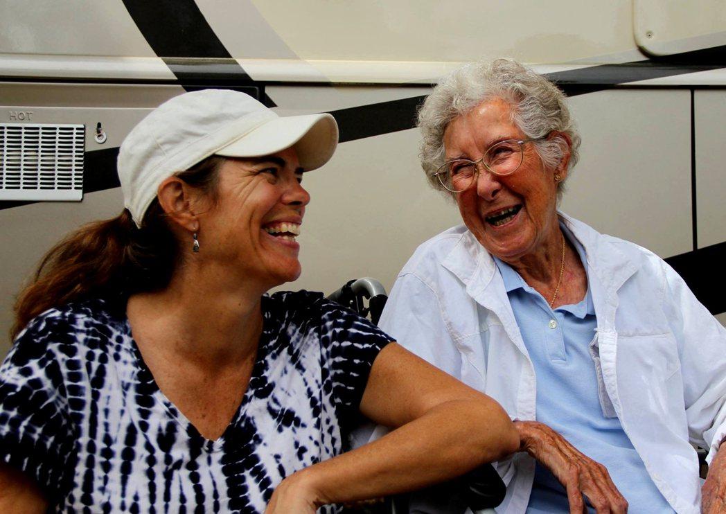 兒媳Ramie(左)開設Driving Miss Norma臉書專頁,記錄諾瑪奶...