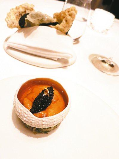 Amber的招牌前菜「北海道海膽佐魚子醬龍蝦凍」,在視覺與味覺上都是無比的享受,...