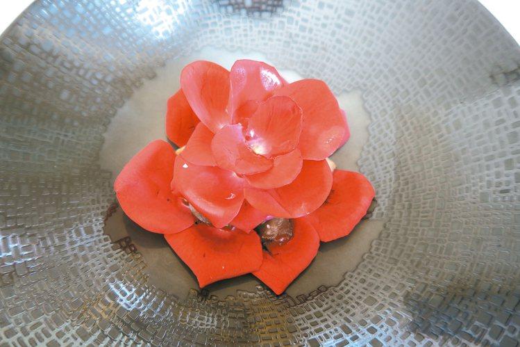 樂沐的「慢煮仔牛舌佐南投山形玫瑰」,仔牛舌用了孜然粉調味,更顯牛舌的野,然而又被...