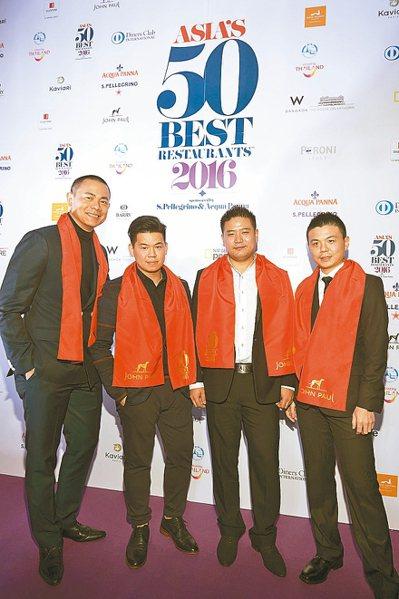 新加坡André和台灣RAW的團隊從左至右分別是:主廚江振誠、Zor Tan、J...