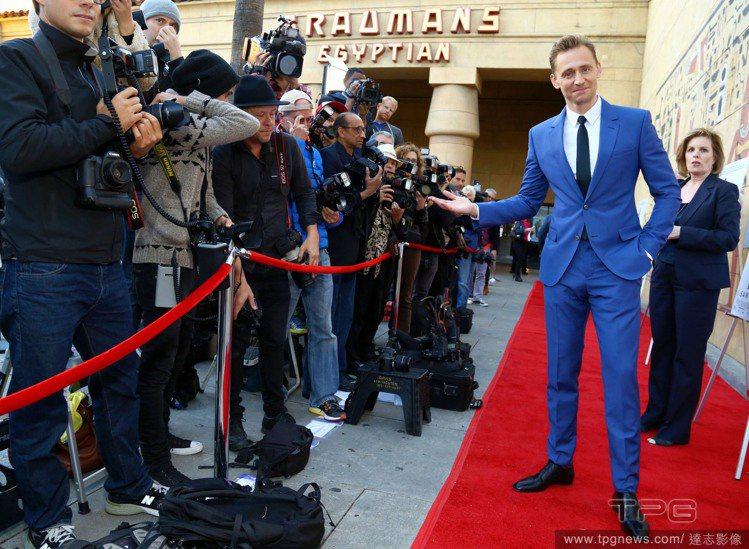 湯姆希德斯頓熱愛藍色西裝,這身衣服出自Alexander McQueen。圖/達...