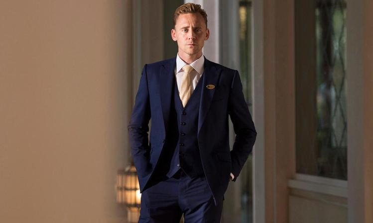 湯姆希德斯頓在影集《夜班經理》中的帥氣造型。圖/擷取自theguardian.c...