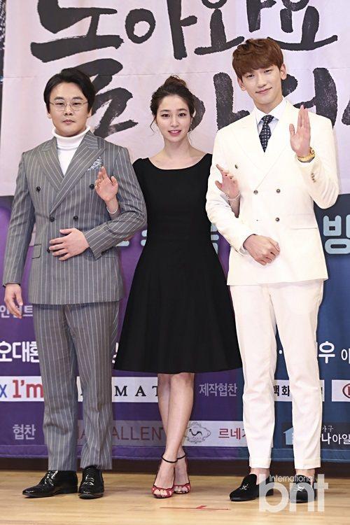 韓劇《回來吧大叔》中,RAIN飾演還魂重生後的大叔「金英洙」(金吝勸 飾,左)與...