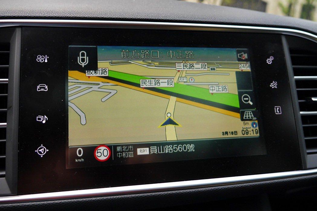 中控螢幕整合了倒車顯影及衛星導航等功能。 記者陳威任/攝影