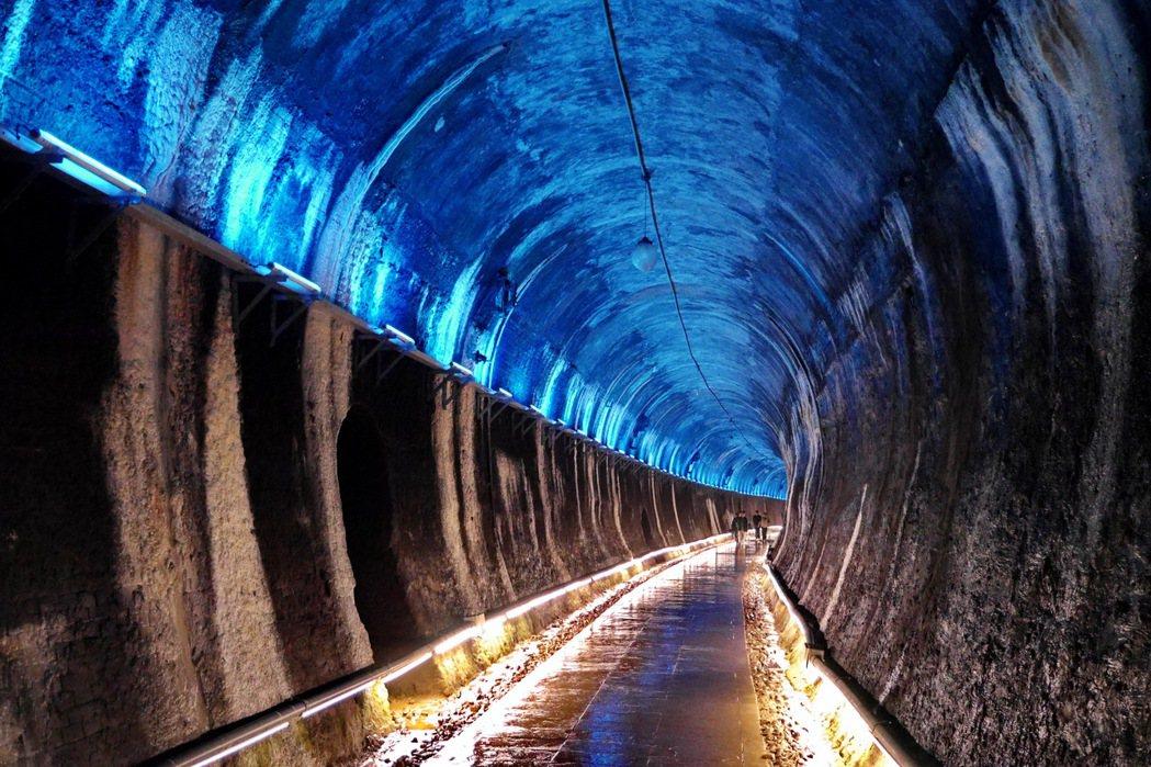 功維敘隧道有著絢爛的燈光秀。 記者陳威任/攝影