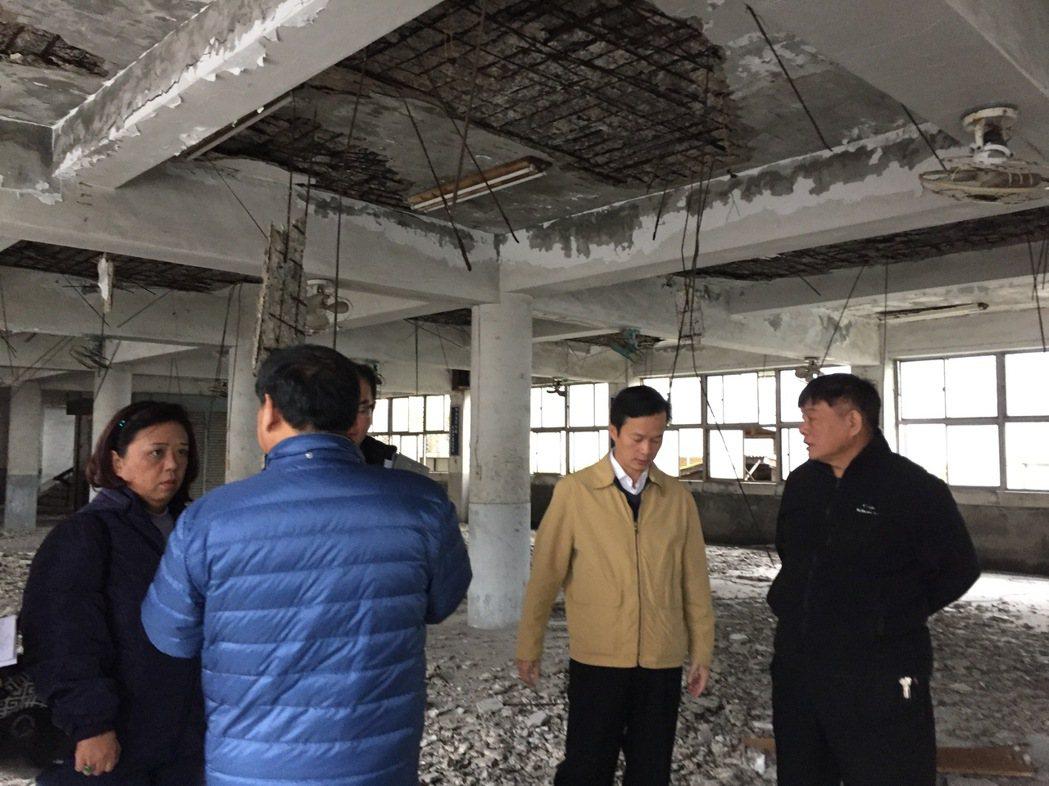 廢墟中寸步難行,很難想像未來重新整修成為里民活動中心的模樣。記者張芮瑜/攝影