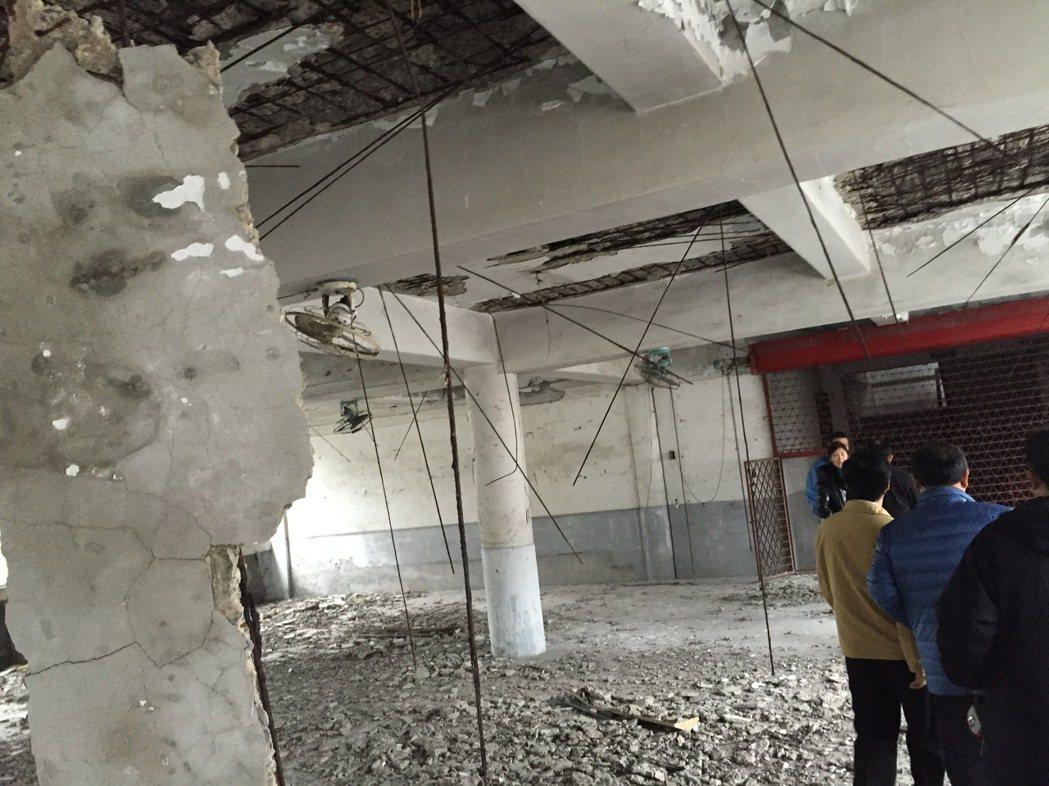 基隆市市議員藍敏煌今天召集各單位,到富貴市場4樓的廢墟中會勘。記者張芮瑜/攝影