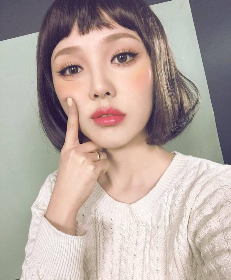 PONY平常就愛示範各種妝容。圖/擷自instagram