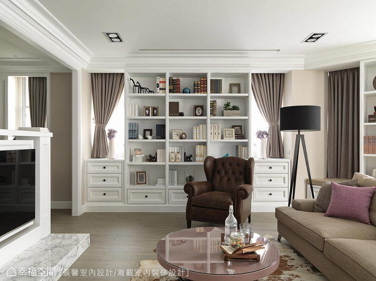 ▲以藤色搭配白色演繹美式古典的設計語彙,打造出美國影集裡常見的居家場景。