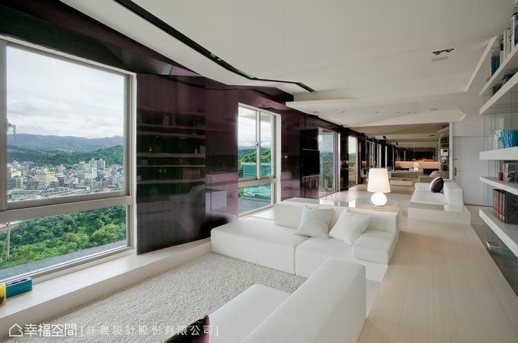 ▲優雅的紫色和窗外美景相輝映,框構出細緻講究的視線。