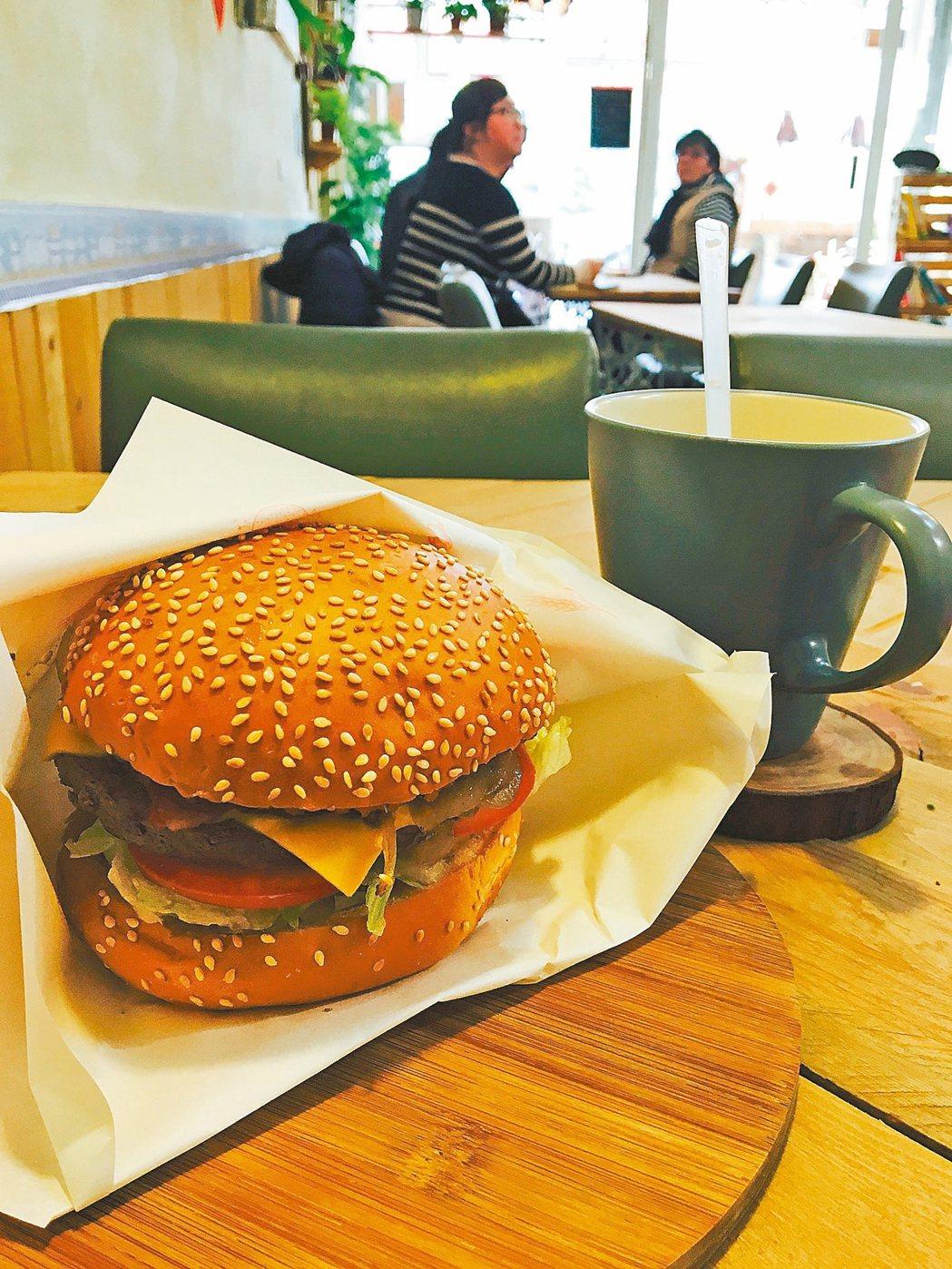 好時早餐提供天然食材的牛肉漢堡。 信義/提供