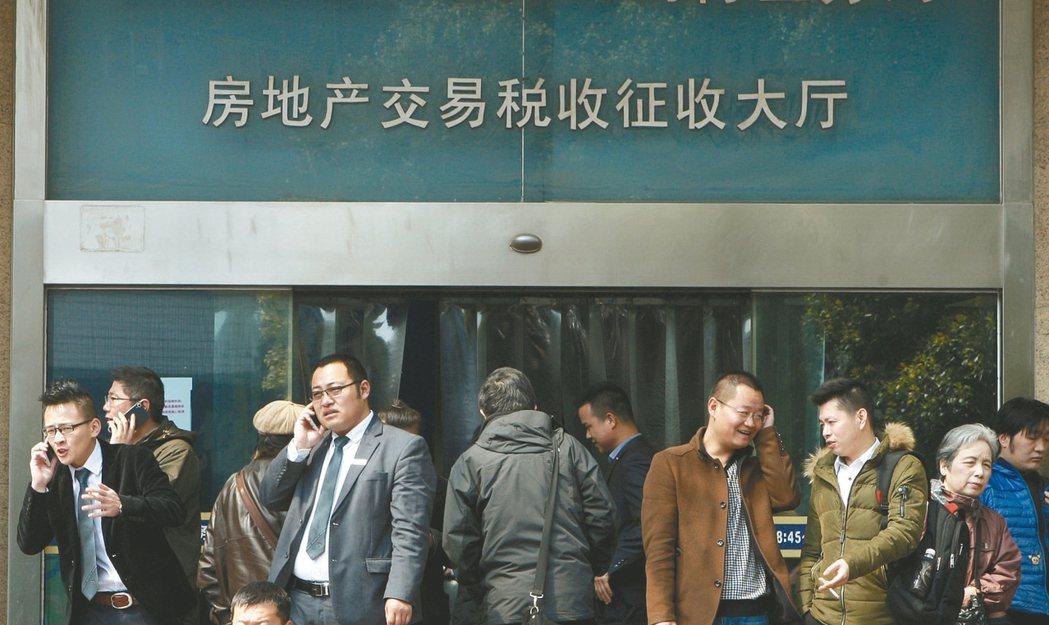 上海緊縮樓市政策的消息提前外洩,造成上海市民24日當天新成屋成交量超過1700套...